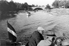 Kārlis Ulmanis un viesi izbraukumā ar kuģīti pa kanālu 1937.gadā.