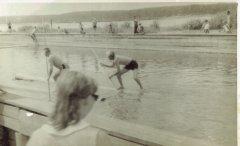 Apbrīnojamā plostnieku izveicība  sacensību laikā Gaujas - Baltezera kanālā. Foto: 20.gs. 50.gadi.