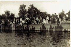 Līdzjutēji plostnieku sacensību laikā Gaujas - Baltezera kanāla malā. Foto: 20.gs. 50.gadi.