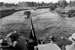 Kuģīšu satiksme pa kanālu Gaujas - Baltezera posmā. Foto: Kārlis Ulmanis un viesi izbraukumā pie Alderiem 1937.gadā.
