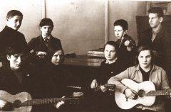 Ādažu astoņgadīgās skolas audzēkņi mūzikas nodarbībā. Foto ap 1929.gadu.