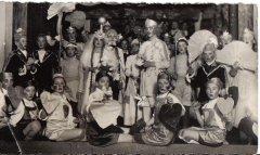 Skolēni - svētku pasākumā iestudētās ludziņas dalībnieki. Foto: 1938.gads.