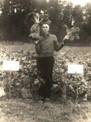 Ādažu mazpulka dalībnieks J.Drunka priecājas par izmēģinājuma laukā izaudzēto ražu. Foto ap 1935.gadu.