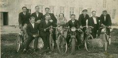 Bijušie audzēkņi ar skolotāju Martu Drēziņu pie Ādažu skolas ēkas. Foto ap 1930.gadu.