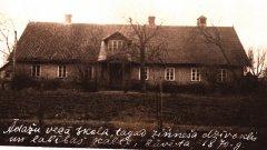Skola Ādažu draudzē pastāvējusi jau kopš 1684. gada. Zviedru vadības deva pavēli muižniekiem dibināt un uzturēt skolas latviešu zemnieku bērniem. Foto: 1870.gadā celtā Ādažu pamatskola (tagadējā Attekas ielā).