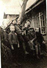 Skolēni pie vecās Ādažu pamatskolas. Foto ap 1924.gadu.