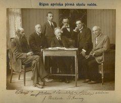 Rīgas apriņķa skolu valde. Viņu vidū arī ādažnieks J.Perlbahs. Foto ap 1920.gadu.