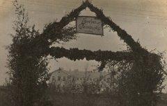 Jaunās Ādažu pamatskolas atklāšanas svētku goda vārti. 1927.gada 1.septembris.