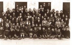Ādažu astoņgadīgās skolas skolotāji un skolēni.  Foto: ap 1928.gadu.