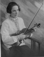Ādažu astoņgadīgās skolas mūzikas skolotāja Marta Drēziņa. Skolas direktore no 1942.-1944.gadam.