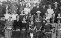 Ādažu pagasta ''Zaldavu'' māju Bērziņu ģimene un vasarnieki Rīgas. Foto: 1903.gads.