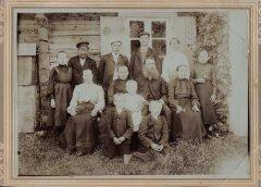 ''Kaķu'' mājas iedzīvotāji ar saimnieku Pēteri Pētersonu vidū. Foto ap 1910.gadu.
