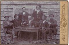Ādažu vīri saviesīgā reizē. Foto ap 1903.gadu.