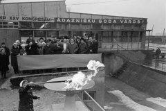 """Gāzes maģistrāles ievilkšana kolhoza """"Ādaži'' centrā tiek atzīmēta ar svinīgu lāpas aizdegšanu. 1976.gada marts."""