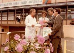 """Darbinieki pie vienas no kolhoza """"Ādaži'' ražotnēm - ''Jaunkūlās''. 1984.gads."""