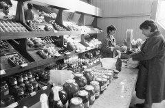 Agrofirmas ''Ādaži'' tirgus paviljona iekšskats. 1988.gads.