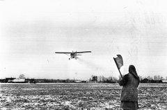 """Ziemāju mēslošana ar aviācijas palīdzību kolhozā """"Ādaži''. 1964.gada 9.aprīlis."""