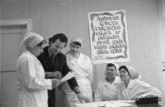 Kolhoza arodbiedrības priekšsēdētājs Jānis Jansons ar piena fermas ''Centrs 1'' strādniecēm. 1976.gada 16.decembris.