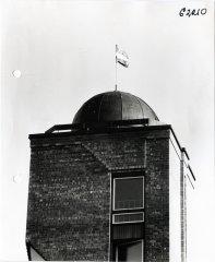 Ādažu vidusskolas observatorija. Latvijas Republikas karogs virs observatorijas. 1989.gada janvāris.