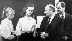 PSKP KP CK ģenerālsekretārs M.Gorbačovs un LKP CK sekretārs Boriss Pugo tiekas ar Ādažu skolniecēm. 1987.gads.