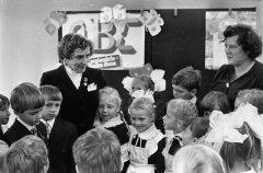 Agrofirmas ''Ādaži'' slaucēja Elza Mitriķe viesojas Ādažu vidusskolā. 1987.gada 13.martā.