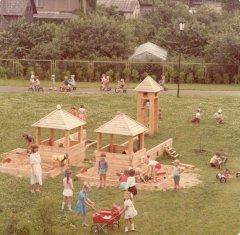 Kolhoza ''Ādaži'' bērnu dārza ''Strautiņš'' iemītnieki rotaļu laukumā. 1986.gads.