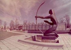 Tēlnieka Voldemāra Rapiķa skulptūra - strūklaka ''Koklētāja'' laukumā pie kolhoza ''Ādaži'' ēdnīcas. 1987.gads.