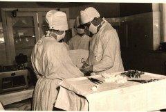 Operāciju zālē Dr. A.Zara un Dr. E.Siļķe. Foto ap 1965.gadu.