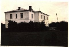 1930.gadā celtā Ādažu doktorāta ēka, vēlākā Ādažu lauku ambulance un slimnīca. Foto 1956.gads.