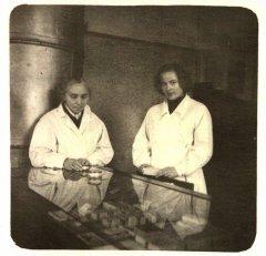 Aptiekas provizore Lāces kundze un patronāžas māsa A.Miliņa.  Foto ap 1955.gadu.