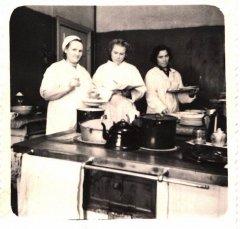 Ādažu slimnīcas personāls virtuvē. Foto ap 1956.gadu.