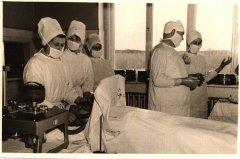Operāciju zālē. Narkozes māsa Ausma Vanaga, Dr. E.Siļķe un Dr. A.Zara gatavojas operācijai. Ap 1965.gadu.