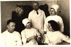 Slimnīcas ārsti. No kreisās - Dr. E.Siļķe, galv.ārste Stepanova, Dr.A.Zara. 2.rindā no kreisās - Dr.Zellis, vec.māsa A.Vanaga. Foto ap 1966.gadu.