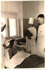 Dr. E.Siļķe un medmāsa Vija Dzirkale vizītē pie pacienta. Foto ap 1965.gadu.