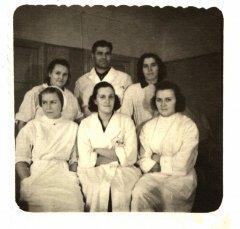 Ādažu slimnīcas personāls. 1.no labās sēž - patronāžas māsa A.Milliņa. Stāv vidū - galv.ārsts Dr.Pētersons. Ap 1955.gadu