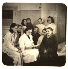 Slimnīcas personāls un pacienti palātā. Foto ap 1958.gadu.