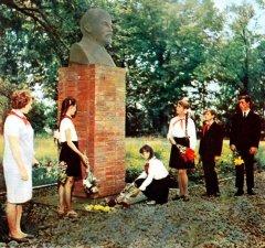 Pionieri noliek ziedus pie Ļeņina krūšutēla Ādažu centrā pie ciema padomes ēkas. 1970.gads.