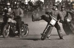 """Biķernieku sporta bāzē laukums, kas atrodas pie skatītāju tribīnēm, tika speciāli izbūvēts motobola vajadzībām un pirmā spēle starp motobola klubu """"Ādaži"""" un """"Vozņesenskas Vozhod"""" komandu tur notika 1974. gadā."""