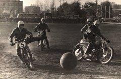 Motobols dzimis 1924. gadā Francijā, divus gadus vēlāk notikusi pirmā starptautiskā spēle. Foto ādažnieki spēlē. Foto ap 1975.gadu.