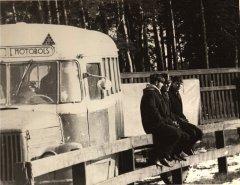 Ādažu autobuss motobolistus un līdzjutējus atvedis uz kārtējo spēli. Foto ap 1970.gadu.