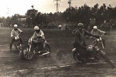 Spēlē bumbu drīkstēja vadīt, piespiestu pie motocikla priekšējās dakšas. Ādažu meistarkomanda spēlē. Foto ap 1970.gadu.