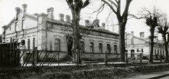 1904.gadā būvētā ēka. Foto: 1995.gads. Kompleksa vēsturiskā apbūve ir saglabājusies līdz mūsdienām, vien 20. gadsimta 2. pusē nojaukts sūkņu stacijas skurstenis.