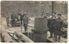 Filtrēšanas aku urbšana. Visas caurules tolaik tika ražotas no čuguna, kas nepašaubāmi bija izturīgāks nekā vēlāk lietotais tērauda materiāls.